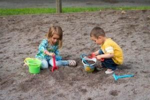 砂場で遊ぶ子供たち