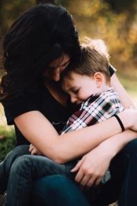 子供を抱く
